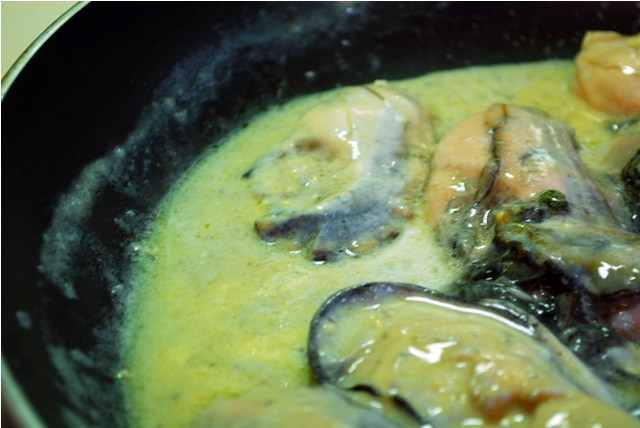 Sauteeing oysters in miso sauce
