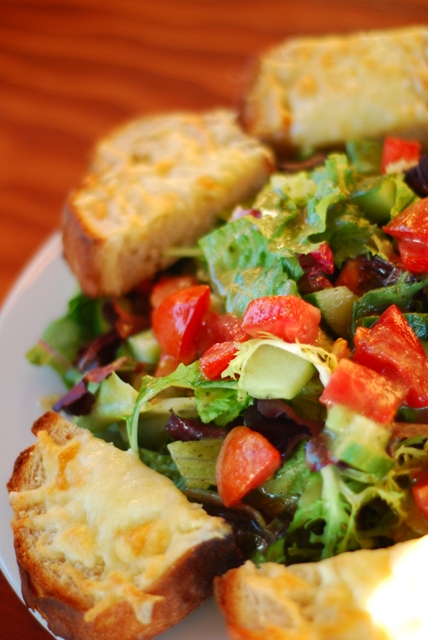 Salad and cheese bread for 4